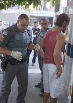 Rapaz detido após invadir a área da Fiesp e cortar um pato, na manhã do domingo (17)