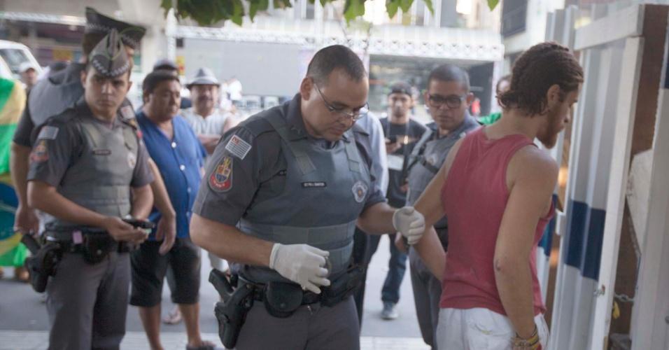 17.abr.2016 - Um rapaz foi detido após invadir a área da Fiesp e cortar um pato, na manhã deste domingo (17), na Avenida Paulista, em São Paulo. Após o ato, ele atravessou para o outro lado da via. A polícia foi acionada e revistou o rapaz. Segundo policiais, ele portava uma faca. O suspeito foi algemado e encaminhado para a 78ªDP