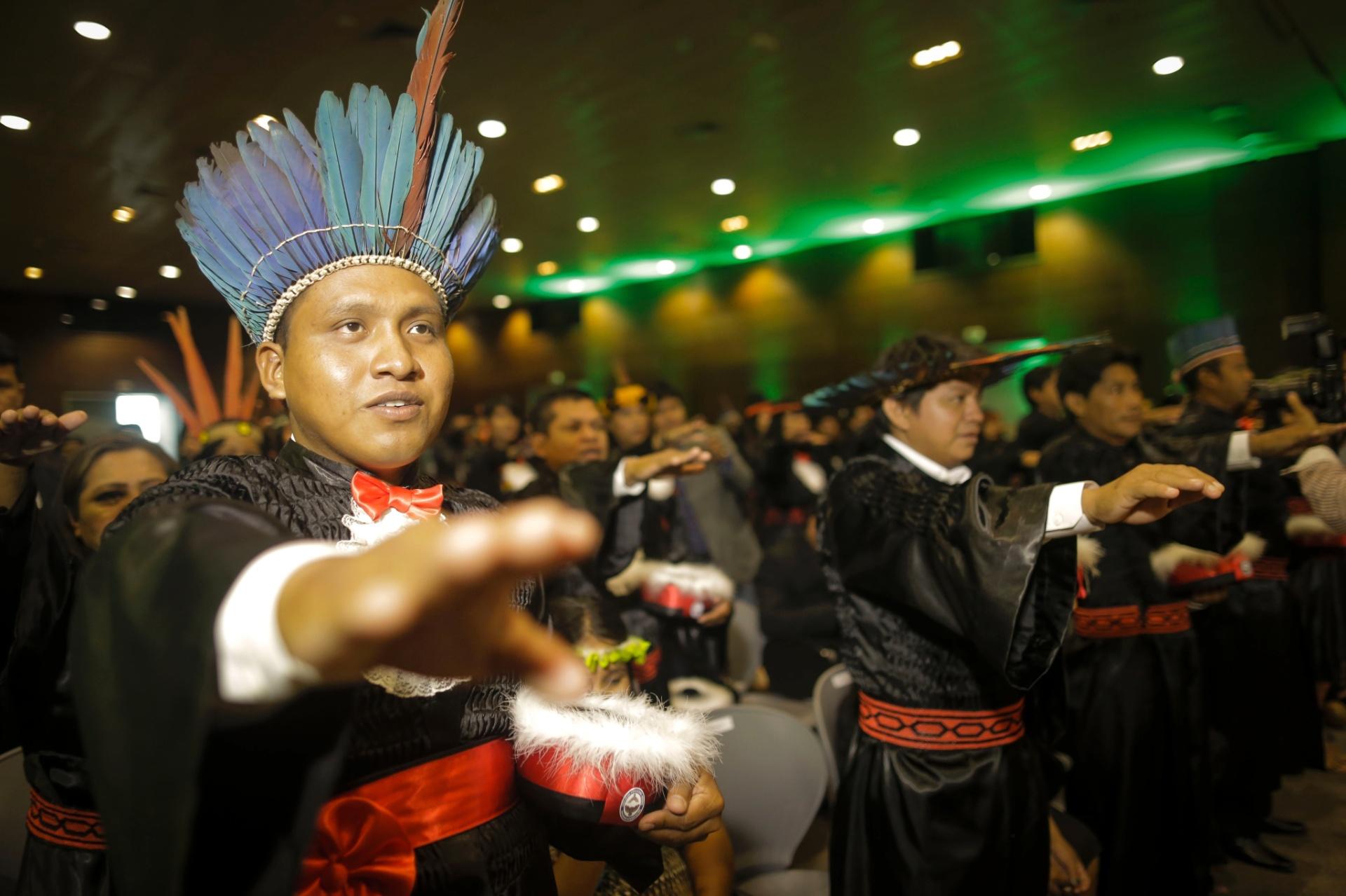 19.abr.2016 - A Uepa (Universidade do Estado do Pará) forma a primeira turma do curso de Licenciatura Intercultural Indígena, nesta terça-feira, Dia do Índio. A cerimônia de formatura contou com 72 integrantes dos povos Tembé, Gavião e Suruí Aikewara e foi realizada no Centro de Convenções e Feiras da Amazônia, em Belém