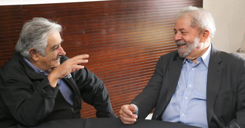 28.abr.2016 - O ex-presidente Luiz Inácio Lula da Silva recebe o ex-presidente uruguaio José Mujica em Brasília