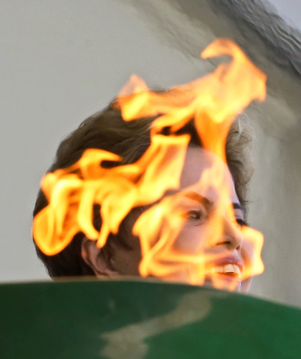 O fotógrafo Dida Sampaio captou o fogo da tocha em primeiro plano, com a presidente Dilma Rousseff ao fundo, durante a cerimônia de acendimento da Tocha Olímpica no Palácio do Planalto, em Brasília.