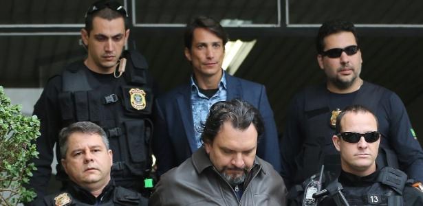 Os empresários Eduardo Aparecido de Meira (de casaco de couro) e Flávio Henrique Macedo (de azul), sócios da Credencial Construtora, são presos em Curitiba