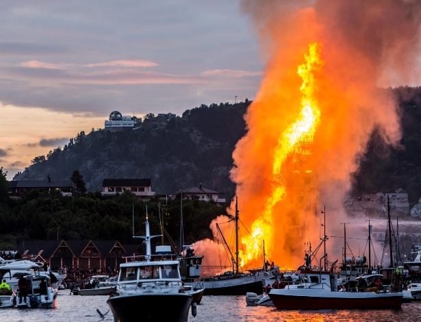 26.jun.2016 - Cidade de Alesund, na Noruega, faz fogueira com 47,4 metros, alcançando o recorde de maior do mundo