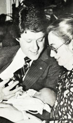Bill e Hillary Clinton com Chelsea em 1980