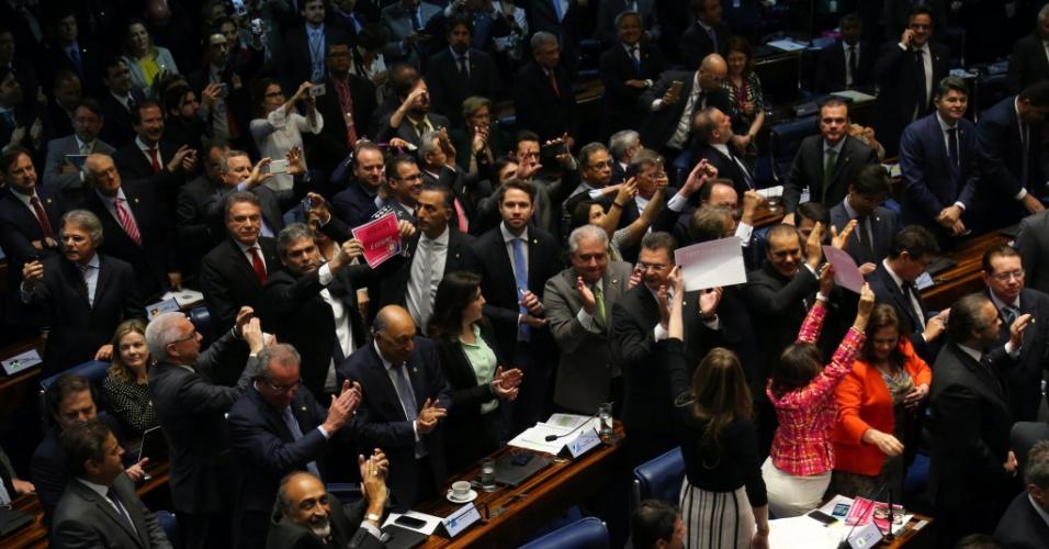 30.ago.2016 - Senadores comemoram resultado da votação no julgamento final do impeachment da presidente afastada, Dilma Rousseff. O senado aprovou às 13:35 por 61 votos a favor e 20 contra a perda definitiva do mandato da presidente,  condenada por crime de responsabilidade