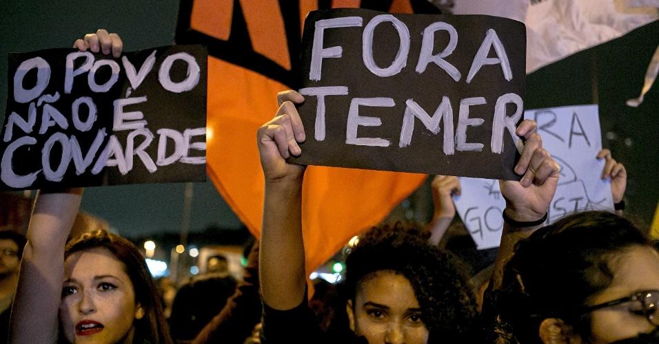 3.set.2016 - Manifestantes contrários ao governo de Michel Temer, que assumiu o cargo após o impeachment de Dilma Rousseff, fazem ato no Largo da Batata, em São Paulo. O ato foi bloqueado por um forte esquema policial. Durante o ato, alguns manifestantes danificaram pontos de ônibus e quebraram vitrines de lojas e concessionárias. Segundo a PM, sete pessoas foram detidas quando atiravam pedras nas lojas