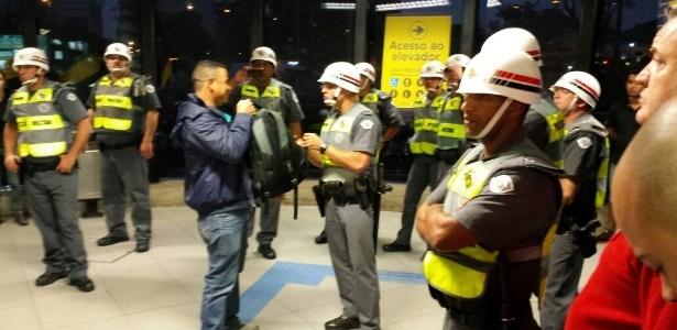 Pessoas com mochila são revistadas na saída do metrô Faria Lima - Flávio Costa/UOL