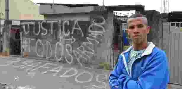 Moradores ficaram revoltados e picharam a casa onde foi encontrado um homem de 36 anos que teria sido mantido em cativeiro por quase 20 anos - Rivaldo Gomes/Folhapress - Rivaldo Gomes/Folhapress