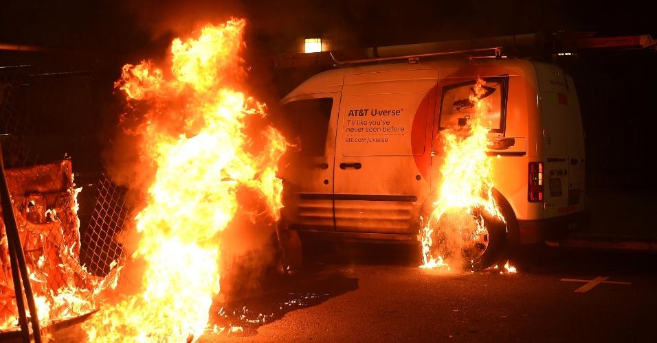 9.nov.2016 - Veículo queima Oakland em protesto contra a eleição de Trump