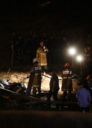 Policiais analisam peças de helicóptero da PM que caiu no Rio de Janeiro