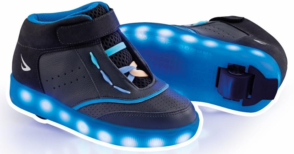 Tênis Ortopé Estica e Puxa com Rodinha tem versões com LED e bateria recarregável. O modelo preto em couro com LED azul sai por R$ 549,90