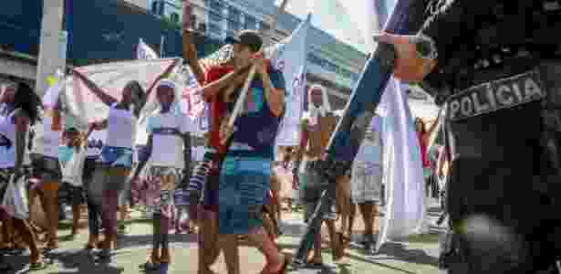 25.abr.2017 - Moradores do Conjunto de Favelas do Alemão fazem protesto contra a violência - Betinho Casas Novas/Futura Press/Estadão Conteúdo