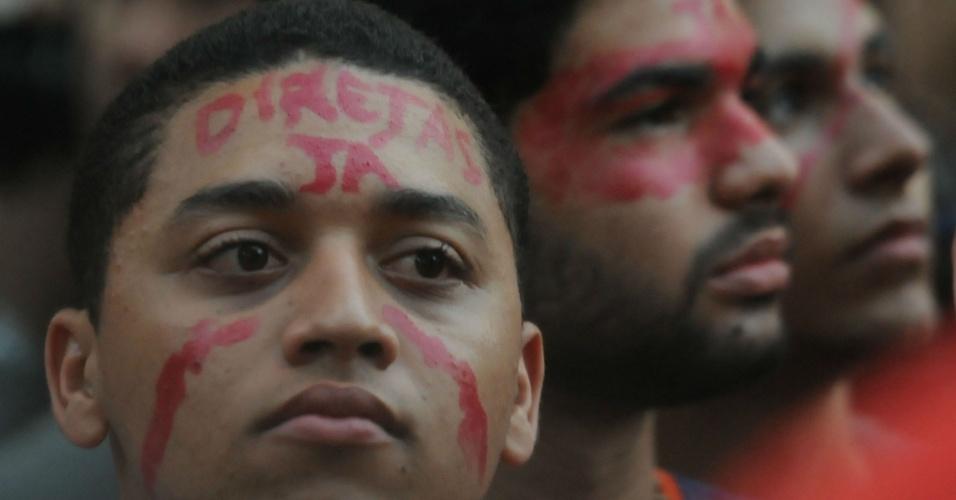 Manifestantes pedem a renúncia do presidente Michel Temer (PMDB) e eleições diretas durante ato nno centro do Recife