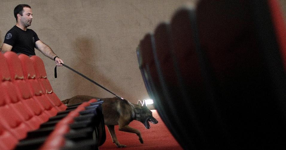 Cães farejadores inspecionam plenário do TSE (Tribunal Superior Eleitoral) antes do início da sessão que vai julgar a ação contra a chapa Dilma Rousseff-Michel Temer, eleita em 2014. O resultado pode terminar na cassação do mandato de Temer