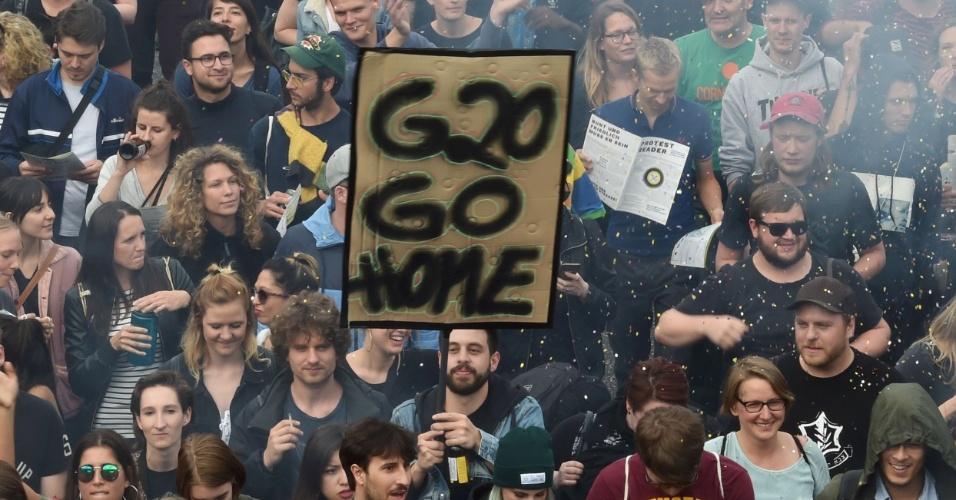 """5.jul.2017 - Manifestantes se reúnem no ato """"Prefiro dançar a ir ao G20"""", em Hamburgo, na Alemanha"""