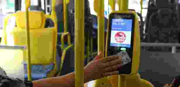 18.nov.2014 - Usuária passa o bilhete único na catraca do ônibus - VINICIUS PEREIRA/Folhapress - VINICIUS PEREIRA/Folhapress