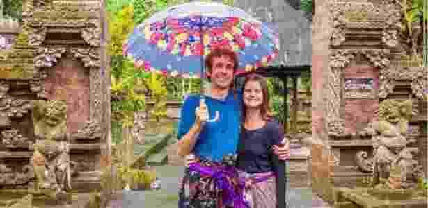 Simon Fairbair e Erin McNeaney em sua base atual, a ilha de Bali, na Indonésia - Acervo pessoal/BBC