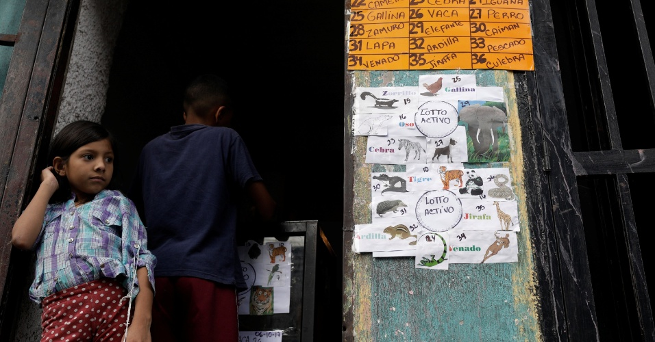 """6.out.2017 - Menina apostou dinheiro no jogo de apostas """"Los Animalitos""""nos arredores de Caracas, Venezuela"""