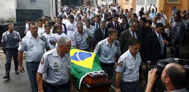 Corpo de policial morto em perseguição é conduzido a Mausoleu da PM, em foto de 2008