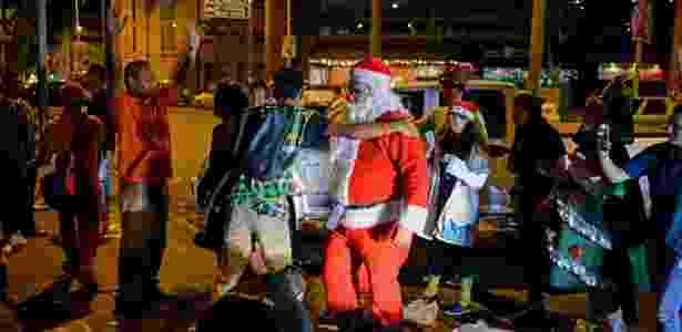 """Homem participa do evento """"Papai Noel nas ruas"""", uma iniciativa surgida há 12 anos - FEDERICO PARRA/AFP - FEDERICO PARRA/AFP"""