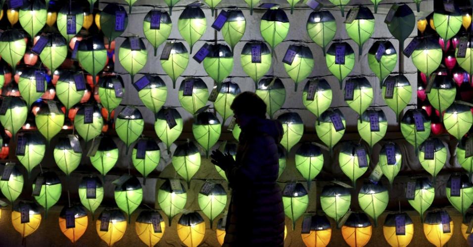 31.dez.2017 - Mulher reza diante de lanternas no templo budista de Jogyesa, em Seul (Coreia do Sul), como parte das celebrações do Ano-Novo