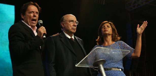 Henrique Meirelles (centro) entre os bispos Robson Rodovalho (e) e Lúcia Rodovalho, participar de evento da igreja evangélica Sara Nossa Terra, em Brasília