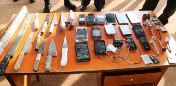 Celulares e armas brancas encontradas durante a vistoria na ala do regime semiaberto
