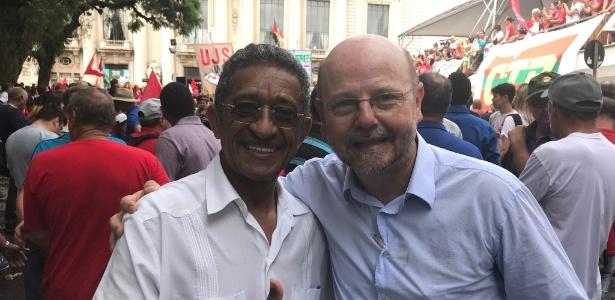 Os deputados federais Vicentinho (PT-SP) e Bohn Gass (PT-RS) durante comício em Porto Alegre um dia antes do julgamento do ex-presidente Lula no TRF-4
