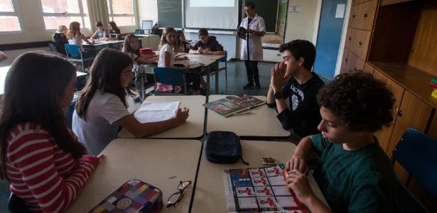 Alunos do Colégio Humboldt, na zona sul de São Paulo, participam de atividade com foco em leitura e interpretação de textos que constam no álbum de figurinhas da Copa do Mundo - Amanda Perobelli/Estadão Conteúdo