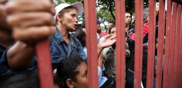 6.mai.2018 - Venezuelanos aguardam vagas em abrigos para refugiados em Boa Vista