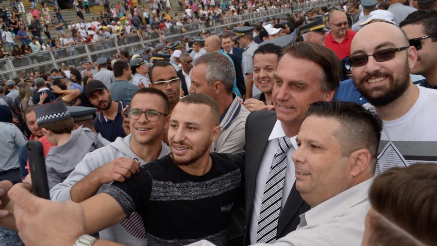 22.dez.2017 - Jair Bolsonaro (PSL) posa para selfies durante formação de sargentos da PM de SP - Caio Rocha /Fotoarena/Folhapress