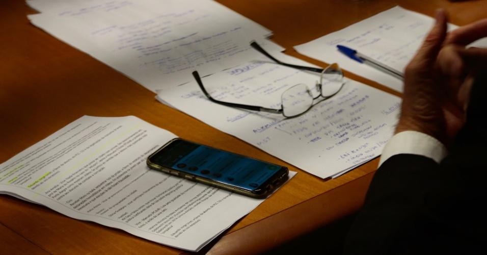 9.ago.2018 - Anotações do candidato Jair Bolsonaro durante reunião no Grupo Bandeirantes de Comunicacão antes do debate entre os candidatos à presidência, na noite desta quinta-feira (9)
