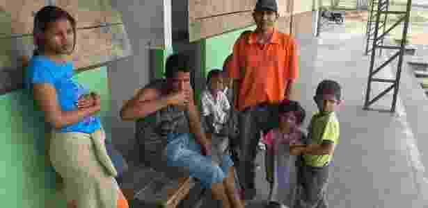 O venezuelano Felix Eduardo Gonzalez (de blusa laranja) teve os pertences da família, incluindo as roupas de seus três filhos, queimados nos ataques - BBC - BBC
