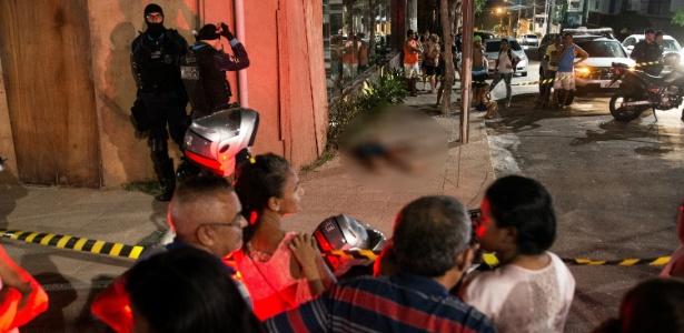 Policiais isolam corpo de homem assassinato no início do mês em Fortaleza - Thiago Gadelha - 9.ago.2018/Diário do Nordeste/Folhapress