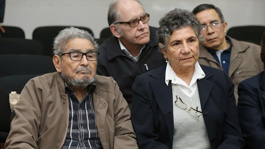 Abimael Guzmán, líder do Sendero Luminoso, e sua mulher Elena Yparraguirre durante o julgamento que culminou na prisão perpétua para os dois - Francisco Medina/AFP