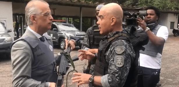 Márcio França posa com fuzil em propaganda eleitoral