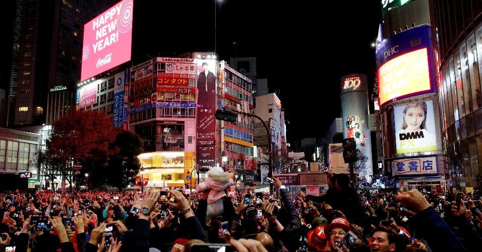 31.dez.2018 - Multidão aguarda a chegada de 2019 nas ruas de Tóquio, no Japão