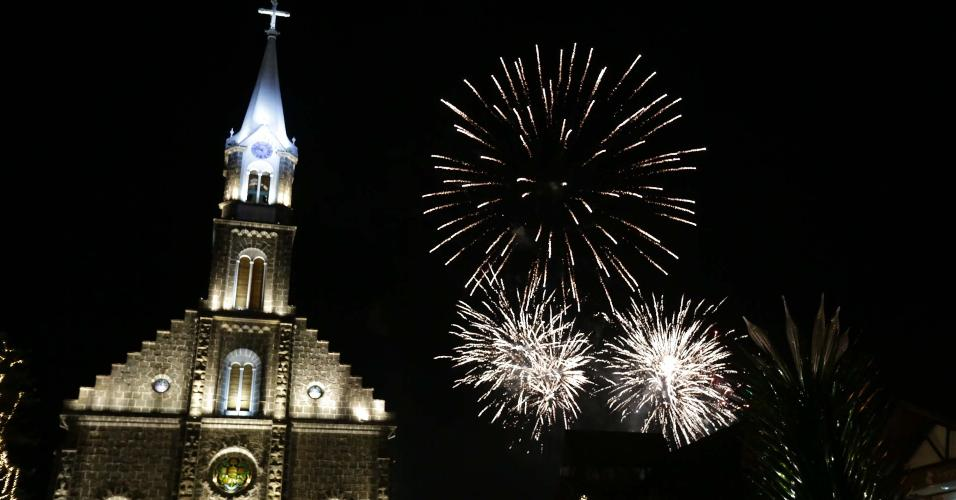 1º.jan.2019 - Queima de fogos vista da cidade Gramado (RS), nesta terça-feira (01), na festa de Reveillon para a chegada de 2019