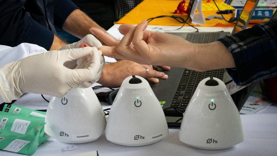 O sangue do paciente é depositado no Hilab, que está conectado à internet; resultado sai em 15 minutos - Divulgação