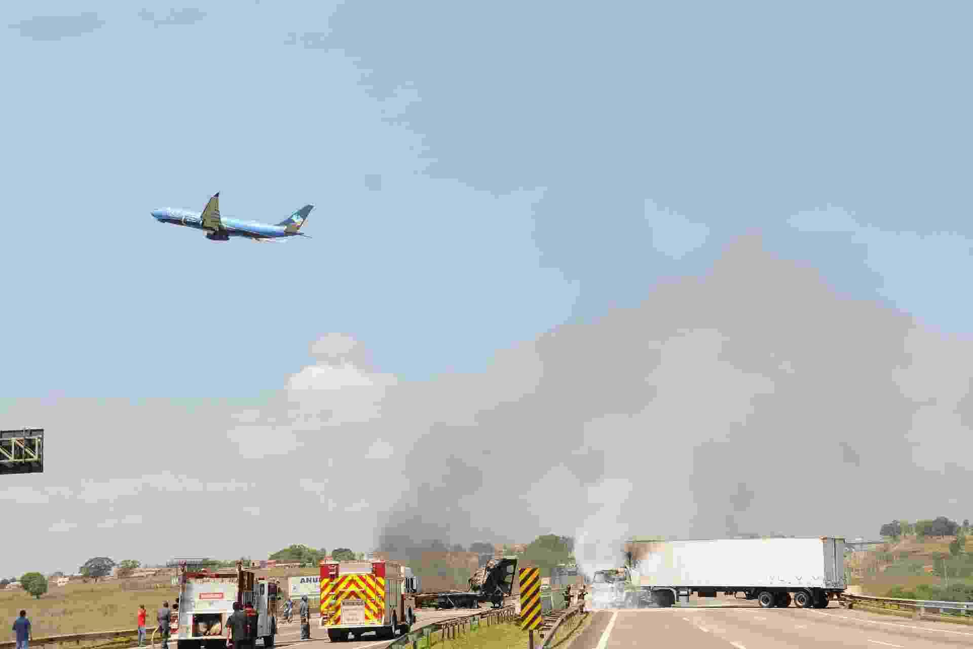 17.out.2019 - Rodovia Santos Dumont tem trânsito carregado após ser fechado por caminhão queimado pelos criminosos que tentavam assaltar empresa de valores no Aeroporto de Viracopos, em Campinas (SP) - WAGNER SOUZA/FUTURA PRESS/ESTADÃO CONTEÚDO