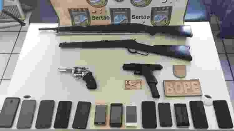 Polícia encontrou quatro armas e 13 celulares na casa em que Adriano Magalhães da Nóbrega estava escondido - Divulgação/SSP-BA - Divulgação/SSP-BA
