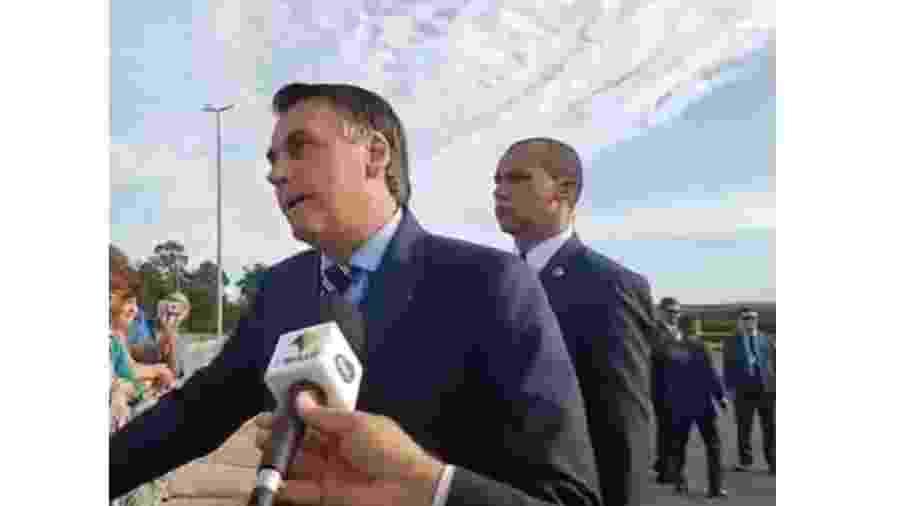 Bolsonaro em um dos dois momentos mais abjetos de sua carreira, ambos contra mulheres: 1) quando fez a apologia do estupro e 2) agora, quando ataca com agressividade asquerosa, a honra de uma jornalista  - reprodução.