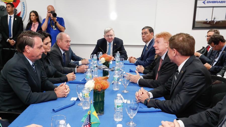 Jair Bolsonaro participa de reunião com Fabio Wajngarten (de cabeça baixa) em Jacksonville (EUA) - Alan Santos/Presidência da República
