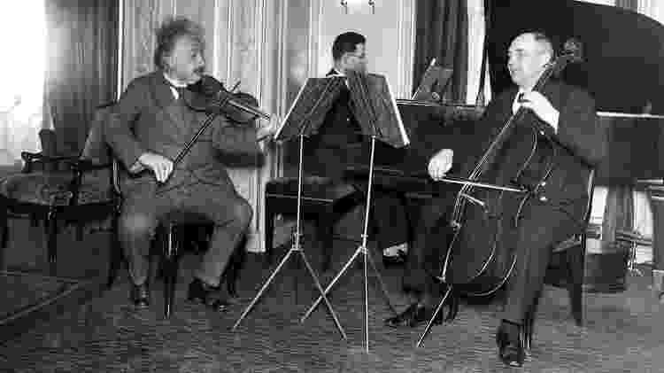 Einstein sentado tocando violino junto com outros músicos - Getty Images via BBC - Getty Images via BBC