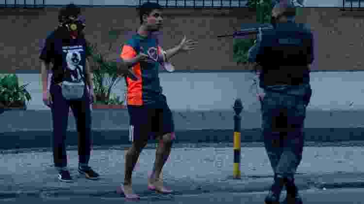 Jorge Hudson, de 27 anos, ficou sob a mira de um fuzil em protesto no Rio de Janeiro - VANESSA ATALIBA/ZIMEL PRESS/ESTADÃO CONTEÚDO - VANESSA ATALIBA/ZIMEL PRESS/ESTADÃO CONTEÚDO