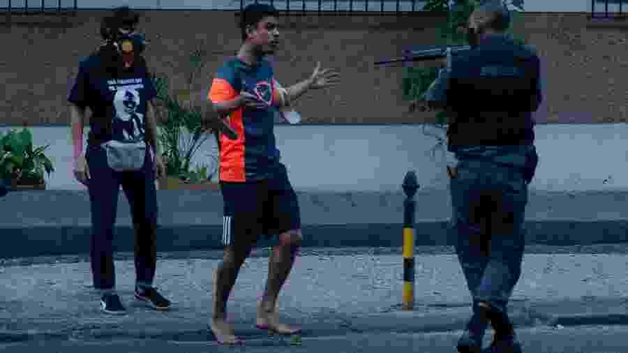 Jorge Hudson da Silva, de 27 anos, ficou sob a mira do fuzil de um policial militar ontem durante o protesto Vidas Negras Importam - VANESSA ATALIBA/ZIMEL PRESS/ESTADÃO CONTEÚDO