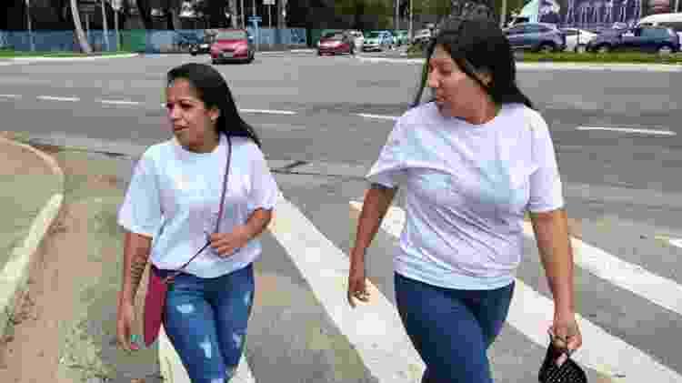 Joyce Silva e Kauana Guedes tiveram que usar a camiseta do avesso para entrar no Fórum. - Marcelo Oliveira/UOL - Marcelo Oliveira/UOL