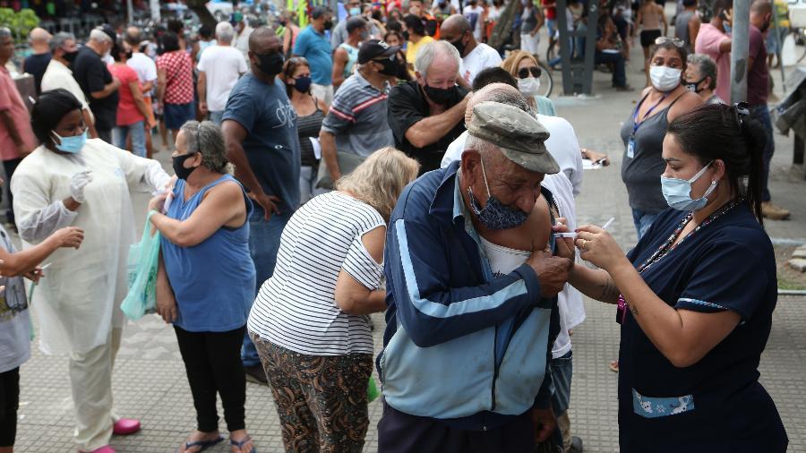 5.mar.2021 - Pessoas aglomeradas após decisão da Prefeitura de Duque de Caxias de vacinar idosos acima 60 anos - WILTON JUNIOR/ESTADÃO CONTEÚDO