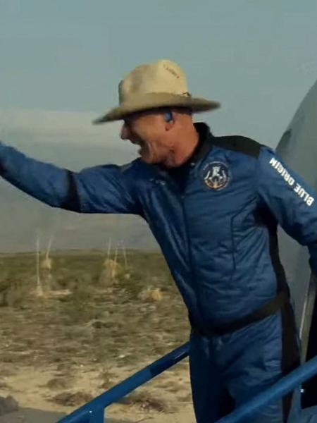 Jeff Bezos cumprimenta equipe da Blue Origin após deixar cápsula que acabou de aterrissar do espaço - Blue Origin/AFP