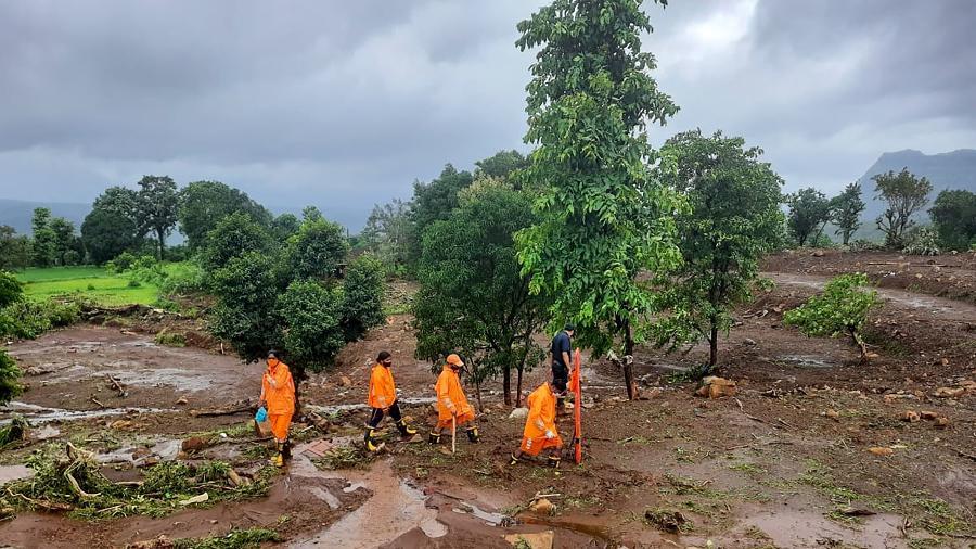 Equipes de resgate procuram sobreviventes  no local do deslizamento de terra na vila de Taliye perto de Mahad após fortes chuvas de monção - AFP/National Disaster Response Force
